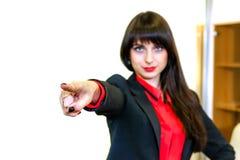 Η σοβαρή επιχειρηματίας παρουσιάζει ένα δάχτυλο προς τα εμπρός, εστίαση στο δάχτυλο Στοκ φωτογραφία με δικαίωμα ελεύθερης χρήσης