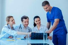 Η σοβαρή ιατρική συζήτηση εργαζομένων εντοπίζει στοκ φωτογραφίες με δικαίωμα ελεύθερης χρήσης