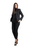 Η σοβαρή κομψή επιχειρησιακή ομορφιά στο μαύρο κοστούμι με παραδίδει τις τσέπες Στοκ φωτογραφία με δικαίωμα ελεύθερης χρήσης
