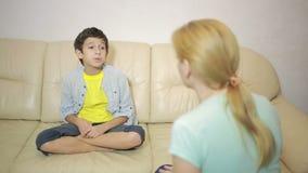 Η σοβαρή μητέρα που μιλά ο έφηβος στο σπίτι φιλμ μικρού μήκους