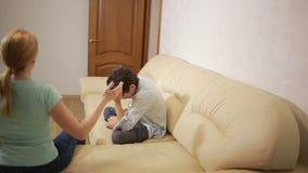 Η σοβαρή μητέρα που μιλά ο έφηβος στο σπίτι απόθεμα βίντεο