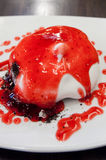 η σοκολάτα κουλουριών χύνει τη σκόνη ψεκάζει τη φράουλα Στοκ εικόνες με δικαίωμα ελεύθερης χρήσης