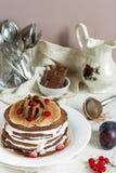 Η σοκολάτα Crepes με τα δαμάσκηνα και την κτυπημένη κρέμα Στοκ φωτογραφία με δικαίωμα ελεύθερης χρήσης