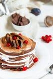 Η σοκολάτα Crepes με τα δαμάσκηνα και την κτυπημένη κρέμα Στοκ Εικόνα