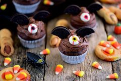 Η σοκολάτα cupcakes ` κτυπά τα δάχτυλα ` μαγισσών ` s μπισκότων ` ` και κουλουρακιών - εύγευστα γλυκά αρτοποιείων για τον εορτασμ Στοκ εικόνα με δικαίωμα ελεύθερης χρήσης