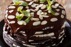 Η σοκολάτα crepes το κέικ με την κτυπημένη κρέμα και τη μακροεντολή αμυγδάλων Hori Στοκ Εικόνες