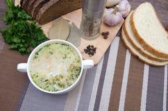Η σούπα μανιταριών με croutons σε ένα άσπρο πιάτο είναι σε έναν ξύλινο πίνακα Στοκ Φωτογραφία