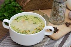 Η σούπα μανιταριών με croutons σε ένα άσπρο πιάτο είναι σε έναν ξύλινο πίνακα Στοκ Εικόνα