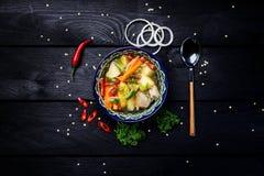 Η σούπα shurpa στο πιάτο με την ασιατική διακόσμηση σε ένα ξύλινο υπόβαθρο Κεντρικός-ασιατική κουζίνα Τοπ όψη Στοκ φωτογραφία με δικαίωμα ελεύθερης χρήσης