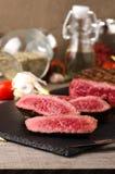 Η σπάνια μπριζόλα βόειου κρέατος ασφαλίστρου τεμάχισε το μαύρο πιάτο στοκ εικόνες με δικαίωμα ελεύθερης χρήσης