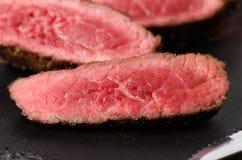 Η σπάνια μπριζόλα βόειου κρέατος τεμάχισε κοντά επάνω στοκ φωτογραφία