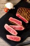 Η σπάνια μπριζόλα βόειου κρέατος τεμάχισε το σκοτεινό πιάτο στοκ εικόνα