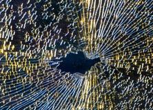 Η σπασμένη μετριασμένη κινηματογράφηση σε πρώτο πλάνο γυαλιού, υπόβαθρο του γυαλιού συνθλίφτηκε κοντά επάνω Στοκ φωτογραφία με δικαίωμα ελεύθερης χρήσης