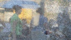 Η σπασμένη μετριασμένη κινηματογράφηση σε πρώτο πλάνο γυαλιού, υπόβαθρο του γυαλιού συνθλίφτηκε κοντά επάνω Στοκ Φωτογραφία