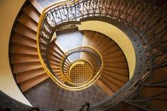 Η σπειροειδής σκάλα στο παλαιό σπίτι στη Βαρσοβία Στοκ Φωτογραφία