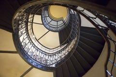 Η σπειροειδής σκάλα στο παλαιό σπίτι στη Βαρσοβία Στοκ Εικόνες