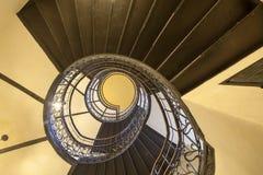 Η σπειροειδής σκάλα στο παλαιό σπίτι στη Βαρσοβία Στοκ Φωτογραφίες