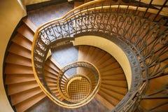 Η σπειροειδής σκάλα στο παλαιό σπίτι στη Βαρσοβία Στοκ εικόνα με δικαίωμα ελεύθερης χρήσης