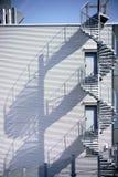 Η σπειροειδής σκάλα ρίχνει τη σκιά Στοκ φωτογραφία με δικαίωμα ελεύθερης χρήσης