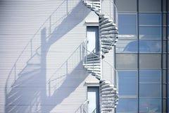 Η σπειροειδής σκάλα ρίχνει τη σκιά Στοκ Εικόνες