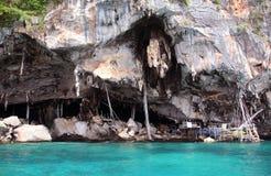 Η σπηλιά Βίκινγκ, Koh Phi Phi νησί, η Θάλασσα Ανταμάν, Ταϊλάνδη Στη σπηλιά, εκτίμησε ιδιαίτερα τις εδώδιμες φωλιές κύψελλοων ` συ στοκ φωτογραφίες με δικαίωμα ελεύθερης χρήσης