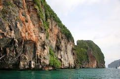Η σπηλιά Βίκινγκ, Koh Phi Phi νησί, η Θάλασσα Ανταμάν, Ταϊλάνδη Στη σπηλιά, εκτίμησε ιδιαίτερα τις εδώδιμες φωλιές κύψελλοων ` συ στοκ εικόνες
