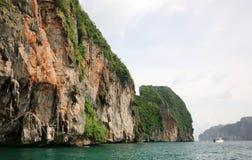 Η σπηλιά Βίκινγκ, Koh Phi Phi νησί, η Θάλασσα Ανταμάν, Ταϊλάνδη Στη σπηλιά, εκτίμησε ιδιαίτερα τις εδώδιμες φωλιές κύψελλοων ` συ στοκ εικόνα