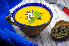 Η σπιτικά κολοκύθα και το καρότο αποβουτυρώνουν τη σούπα με το τυρί φέτας, το μαύρους σουσάμι και τους σπόρους κολοκύθας Στοκ Φωτογραφίες