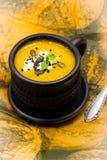 Η σπιτικά κολοκύθα και το καρότο αποβουτυρώνουν τη σούπα με το τυρί φέτας, το μαύρους σουσάμι και τους σπόρους κολοκύθας Στοκ εικόνες με δικαίωμα ελεύθερης χρήσης