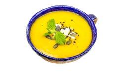 Η σπιτικά κολοκύθα και το καρότο αποβουτυρώνουν τη σούπα με το τυρί φέτας, το μαύρους σουσάμι και τους σπόρους κολοκύθας Στοκ φωτογραφία με δικαίωμα ελεύθερης χρήσης
