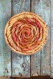 Η σπιτική γαστρονομική ανοικτή πίτα με το μήλο αυξήθηκε και frangipane γεμίζοντας Στοκ Εικόνα