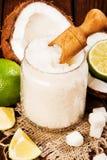 Η σπιτική ζάχαρη τρίβει με τον ασβέστη και την καρύδα στο ξύλινο υπόβαθρο Στοκ φωτογραφίες με δικαίωμα ελεύθερης χρήσης