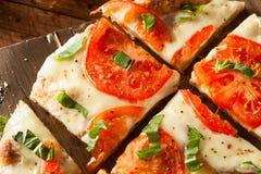 Η σπιτική Μαργαρίτα Flatbread Pizza Στοκ φωτογραφίες με δικαίωμα ελεύθερης χρήσης