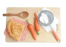 Η σπιτική πίτα καρότων, απομονώνει στο λευκό (πορεία ψαλιδίσματος) Στοκ Φωτογραφία