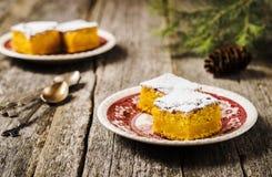 Η σπιτική υγρή πίτα κολοκύθας ξεσκόνισε με την κονιοποιημένη ζάχαρη και τεμάχισε τις φέτες Στοκ φωτογραφία με δικαίωμα ελεύθερης χρήσης