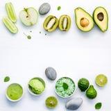 Η σπιτική φροντίδα δέρματος και το σώμα τρίβουν με το πράσινο φυσικό συστατικό στοκ εικόνα με δικαίωμα ελεύθερης χρήσης