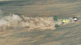 Η σπορά της μηχανής διασκορπίζει το λιβάδι με τους σπόρους κατά μια άποψη άνωθεν απόθεμα βίντεο