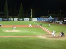 Η στάμνα της Cal State Northridge ρίχνει τη σφαίρα στους παίχτες του μπέιζμπολ UH στοκ εικόνες