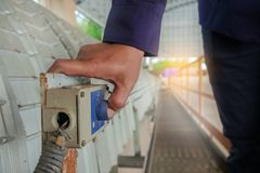 Η στάση έκτακτης ανάγκης συμπίεσης χεριών ανάβει το μεταφορέα ζωνών που αποκλείει Στοκ εικόνα με δικαίωμα ελεύθερης χρήσης
