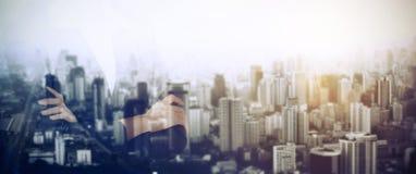 Η στάση επιχειρηματιών και κοιτάζει μακριά στη εικονική παράσταση πόλης οριζόντων Αμφιβολία στοκ εικόνα