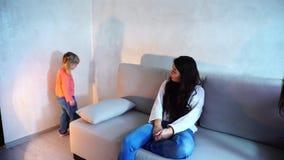 Η στάση μικρών κοριτσιών στη γωνία του δωματίου, μητέρα τιμώρησε το παιδί για την κακή συμπεριφορά απόθεμα βίντεο