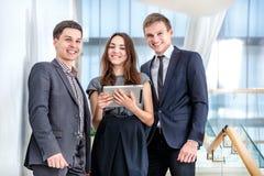 Η στάση τριών επιχειρηματιών στα σκαλοπάτια λύνει τα επιχειρησιακά προβλήματα Στοκ φωτογραφία με δικαίωμα ελεύθερης χρήσης