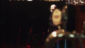 Η στάση Scrubwoman επάνω στη σκηνή, έναρξη τραγουδά στο εκλεκτής ποιότητας μικρόφωνο κάτω από το επίκεντρο απόθεμα βίντεο