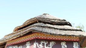 Η στέγη ενός κινεζικού κτηρίου επάνω από τον ουρανό απόθεμα βίντεο