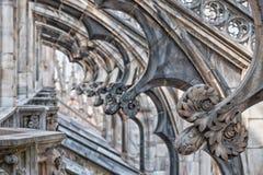 Η στέγη καθεδρικών ναών του Μιλάνου σχηματίζει αψίδα τη λεπτομέρεια Στοκ Φωτογραφία