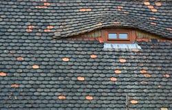Η στέγη και τα αττικά παράθυρα Στοκ εικόνα με δικαίωμα ελεύθερης χρήσης