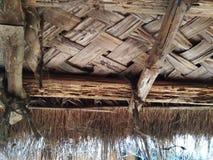 Η στέγη παλαιού το σπίτι στεγών με το φύλλο φύλλων καρύδων Στοκ Εικόνα