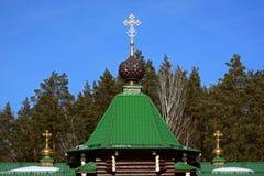 Η στέγη της ξύλινης ρωσικής ορθόδοξης χριστιανικής εκκλησίας πυλών στο μοναστήρι Ganina Yama Στοκ εικόνα με δικαίωμα ελεύθερης χρήσης