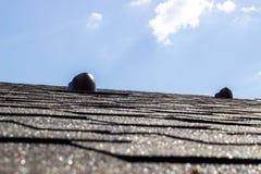 Η στέγη του σπιτιού Κεραμίδι Κατασκευή των σπιτιών Καπνοδόχοι στοκ φωτογραφία