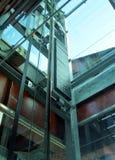 Η στενή άποψη ενός ανελκυστήρα hoistway στοκ φωτογραφία